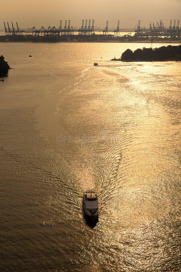 Yachten seglar i havet från bästa sikt arkivfoto