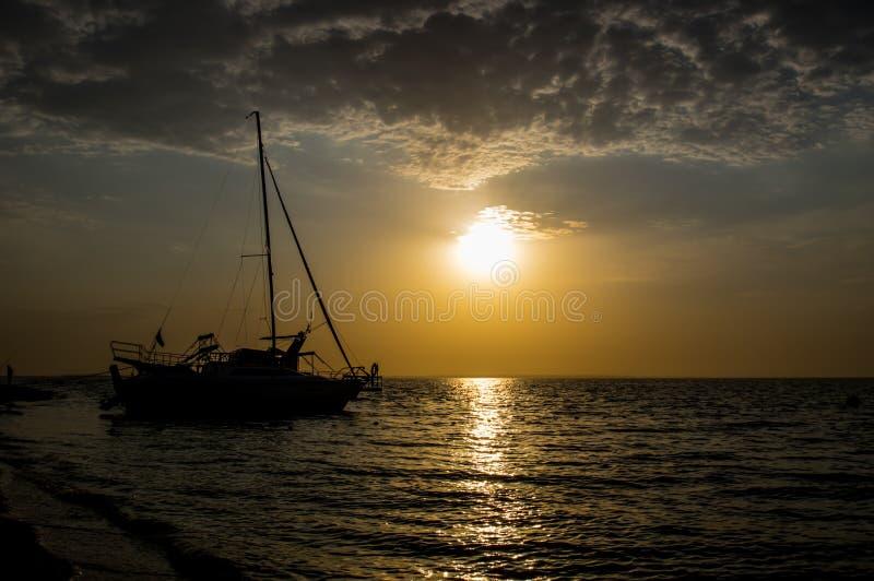 Yachten seglar på ankaret royaltyfri fotografi