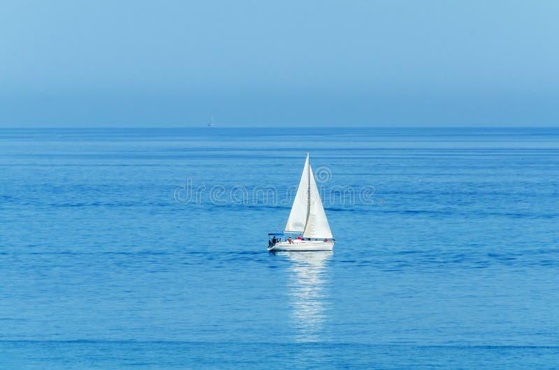 Yachten som seglar havet, den klara himlen och det blåa vattnet, den fritids- sporten som är aktiv vilar arkivbilder