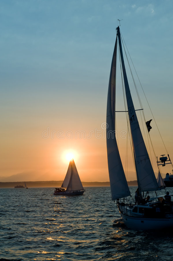 Yachten am Sonnenuntergang stockfotografie