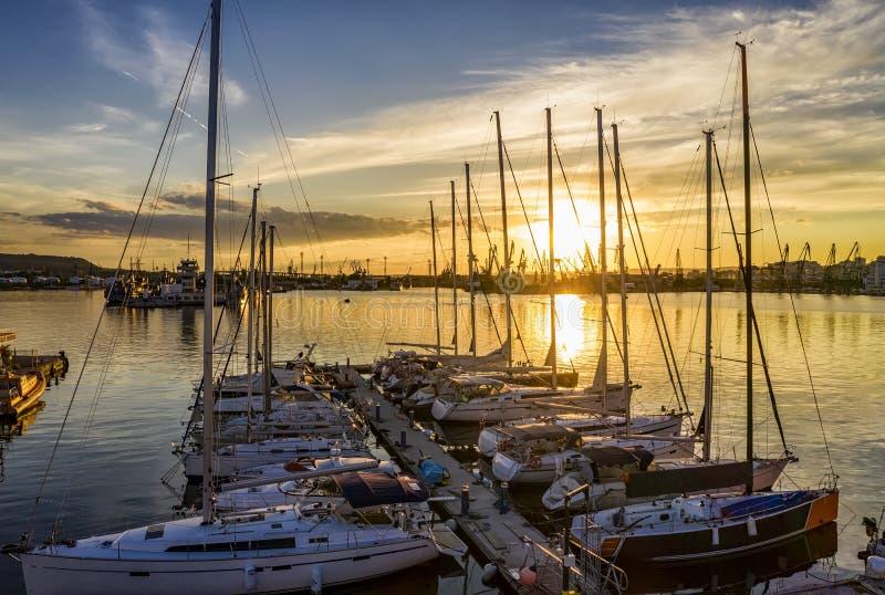 Yachten und Boote bei erstaunlichem Sonnenuntergang im Hafen stockfotos