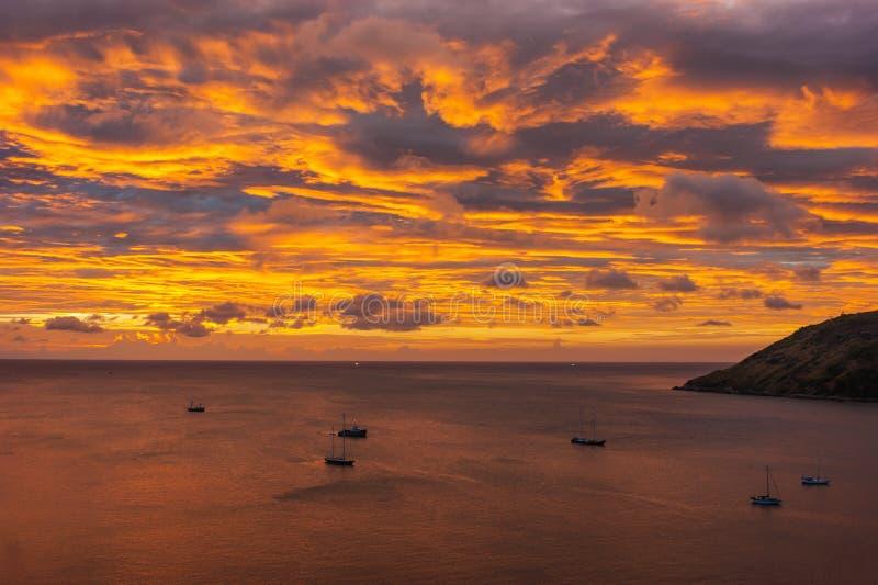 Yachten und Boote bei Sonnenuntergang lizenzfreie stockfotos