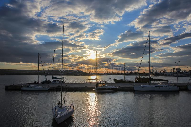 Yachten und Boote im Hafen bei Sonnenuntergang lizenzfreie stockfotografie