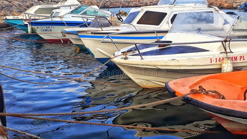 Yachten und Boote in nador Seehafen stockfotos