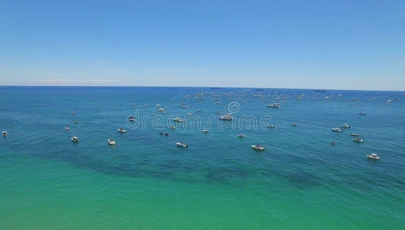 Yachten und Boote nahe Seeküste und populärem Strand lizenzfreie stockfotos
