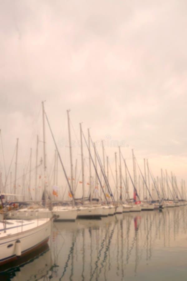 Yachten und Boote sind am Pier morgens im Nebel stockfotos