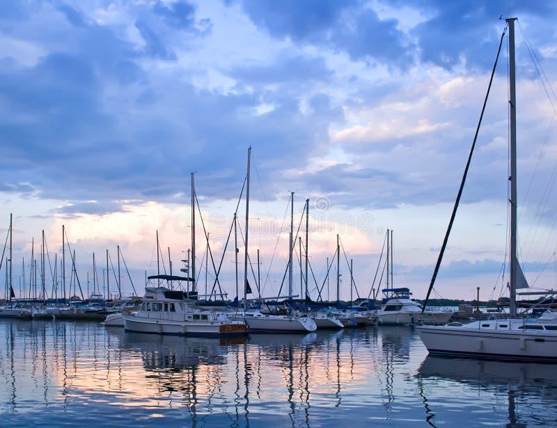 Yachten und Boote am Sonnenuntergang lizenzfreie stockfotos