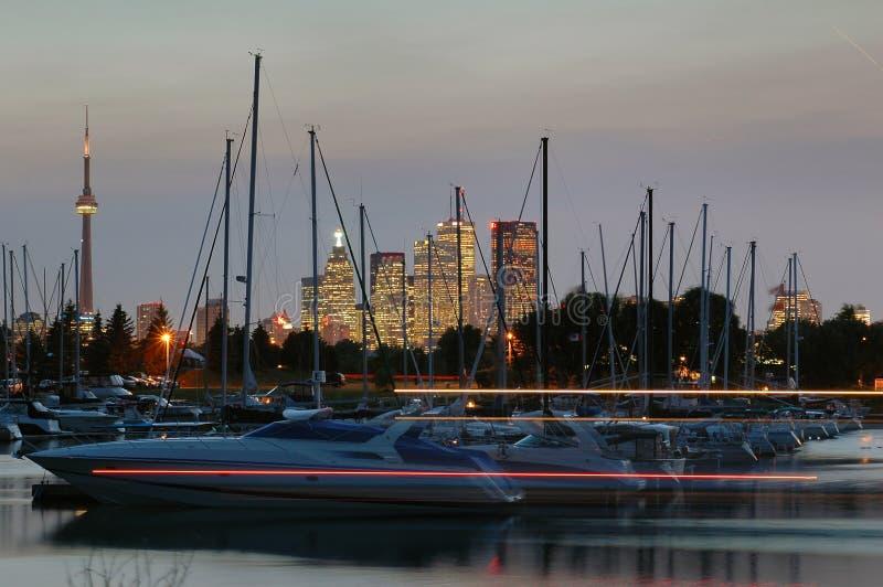 Yachten und die Stadt lizenzfreies stockfoto