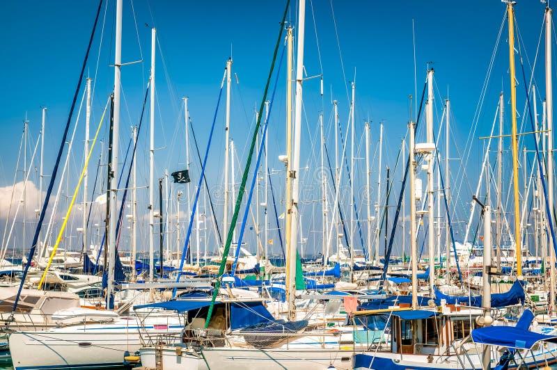 Yachten und Fischerboote machten in Larnaka-Jachthafen, Zypern fest lizenzfreie stockfotografie