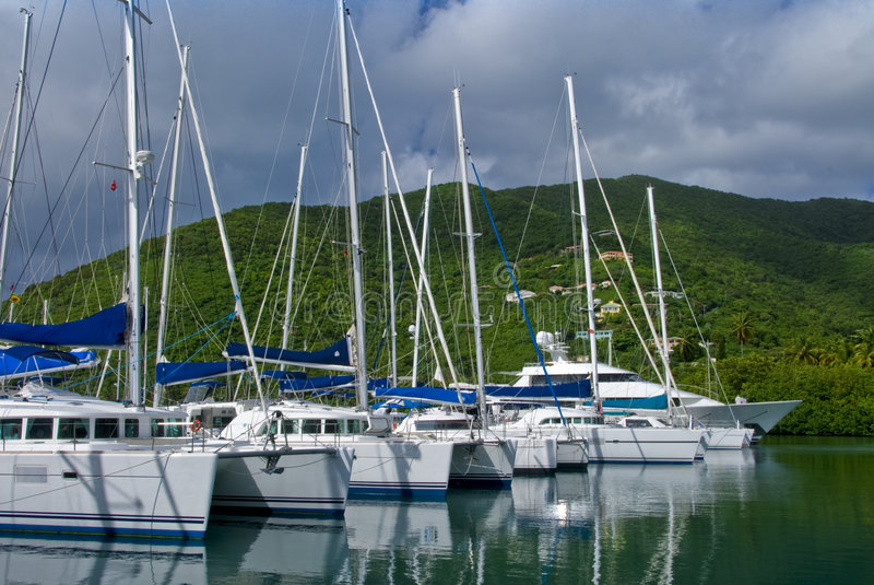 Yachten und Katamaran stockbilder