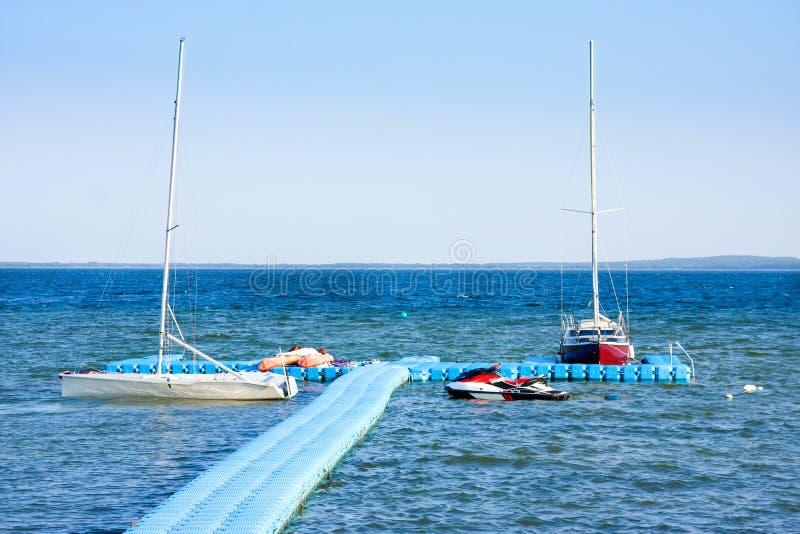 Yachten und Motorboote auf See Naroch, Nanosy lizenzfreies stockbild