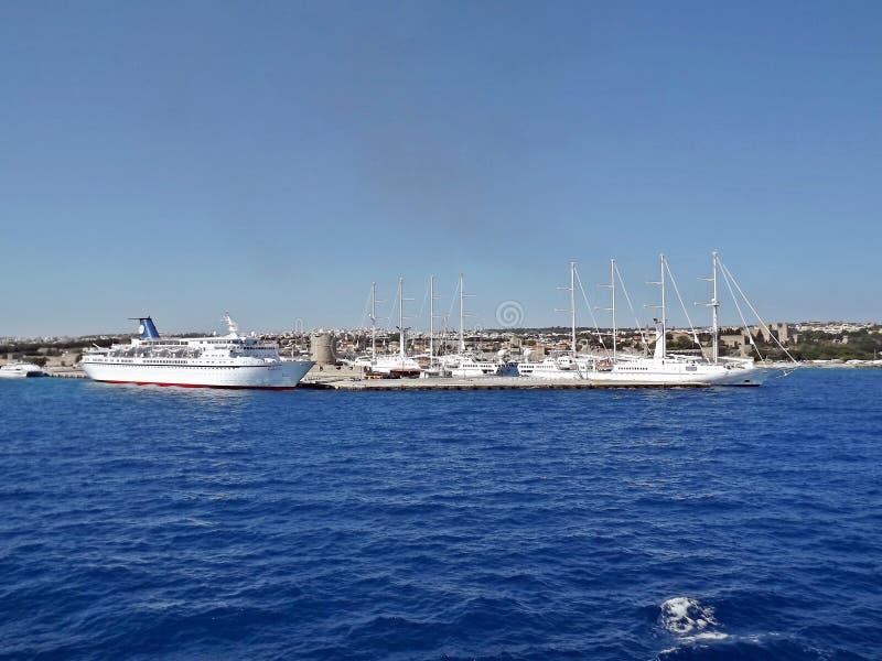 Yachten und Schiffe im Hafen von Rhodos, Griechenland stockbilder