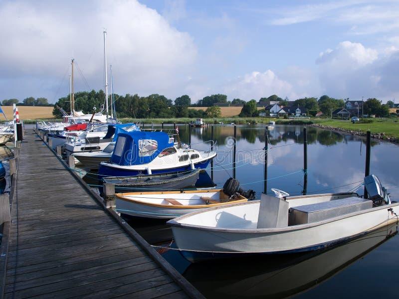 Yachten und Segelboote in einem Jachthafen lizenzfreie stockfotos