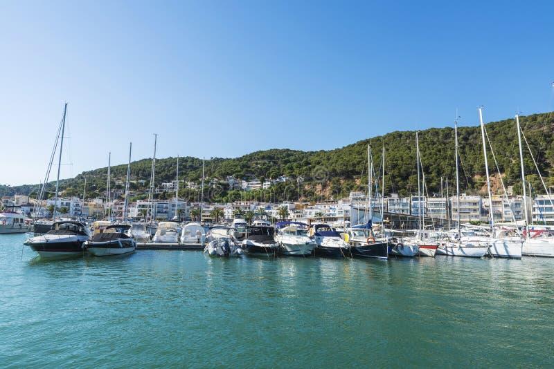 Yachten und Segelboote koppelten am Jachthafen, Spanien an stockbilder