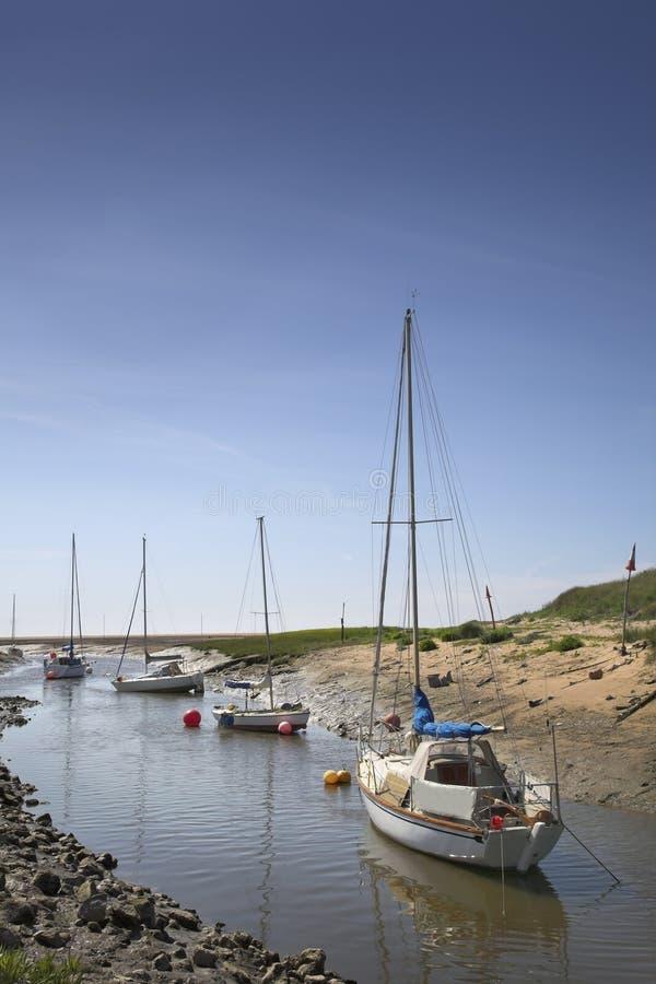 Yachten verankert im Fluss lizenzfreies stockfoto