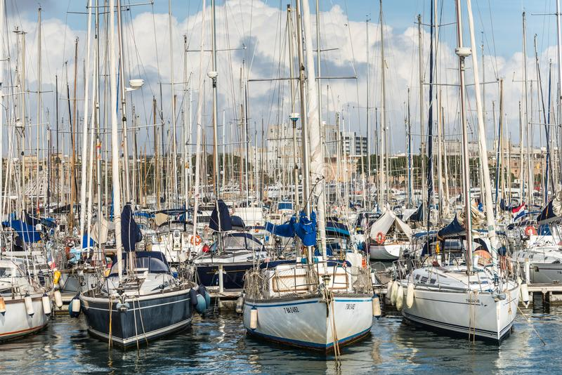 Yachter ankrade i port Vell i Barcelona, Spanien royaltyfri foto