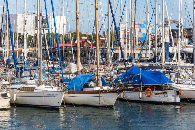 Yachter ankrade i port Vell i Barcelona, Spanien arkivfoto