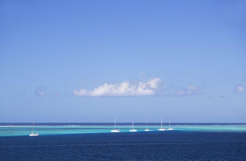 Yachter i lagun, Mo'orea, samhälleöar, franska Polynesien royaltyfri foto