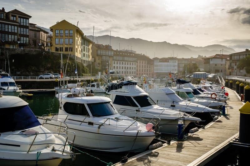 Yachter i Llanes, Asturias hamn Solnedgångmiljö royaltyfri fotografi