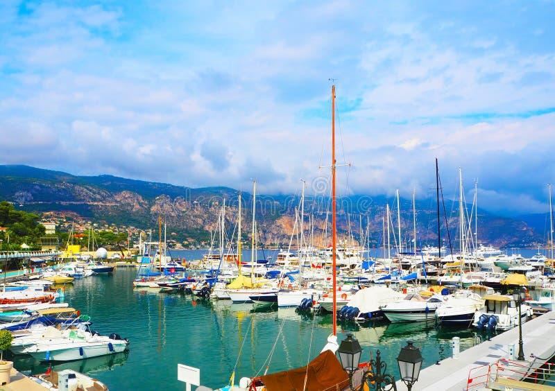 Yachter i port av Helgon-Jean-locket-Ferrat - semesterort och kommun i sydost av Frankrike på udden av ` Azur för skjul D i Prove arkivfoton