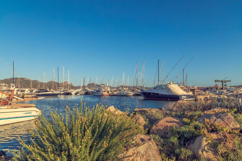 Yachter i porten, Sardinia, Italien, PORTO ROTONDO - JULI 2017 fotografering för bildbyråer