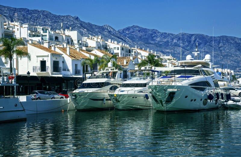 Yachter i Puerto Banus, marina av Marbella, Spanien royaltyfria foton