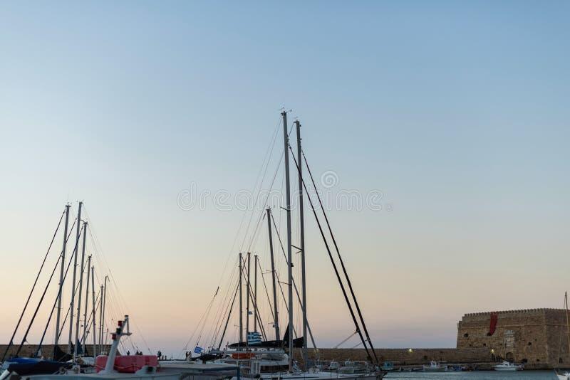 Yachter och färja på soluppgång i porten av Heraklion Panorama- och bästa sikt Ö crete, greece royaltyfri foto