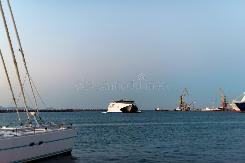 Yachter och färja på soluppgång i porten av Heraklion Panorama- och bästa sikt Ö crete, greece royaltyfria bilder