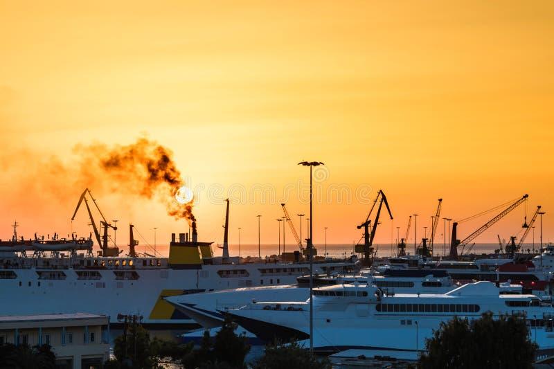Yachter och färja på soluppgång i porten av Heraklion Panorama- och bästa sikt Ö crete, greece fotografering för bildbyråer