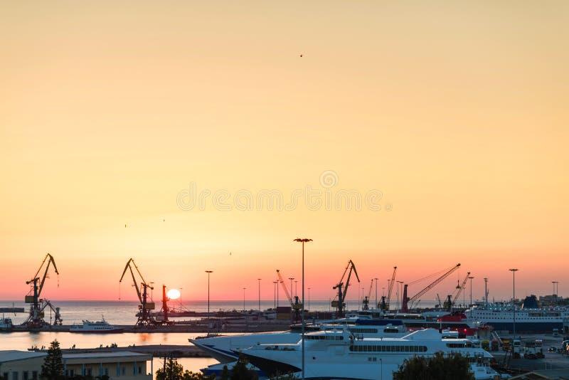 Yachter och färja på soluppgång i porten av Heraklion Panorama- och bästa sikt Ö crete, greece royaltyfria foton