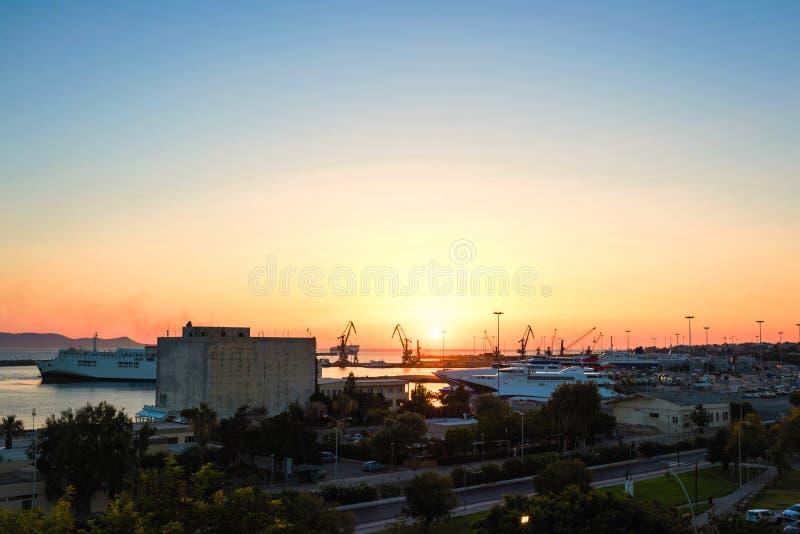 Yachter och färja på soluppgång i porten av Heraklion Panorama- och bästa sikt Ö crete, greece arkivbilder