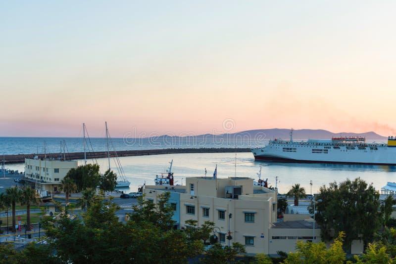 Yachter och färja på soluppgång i porten av Heraklion Panorama- och bästa sikt Ö crete, greece arkivfoton