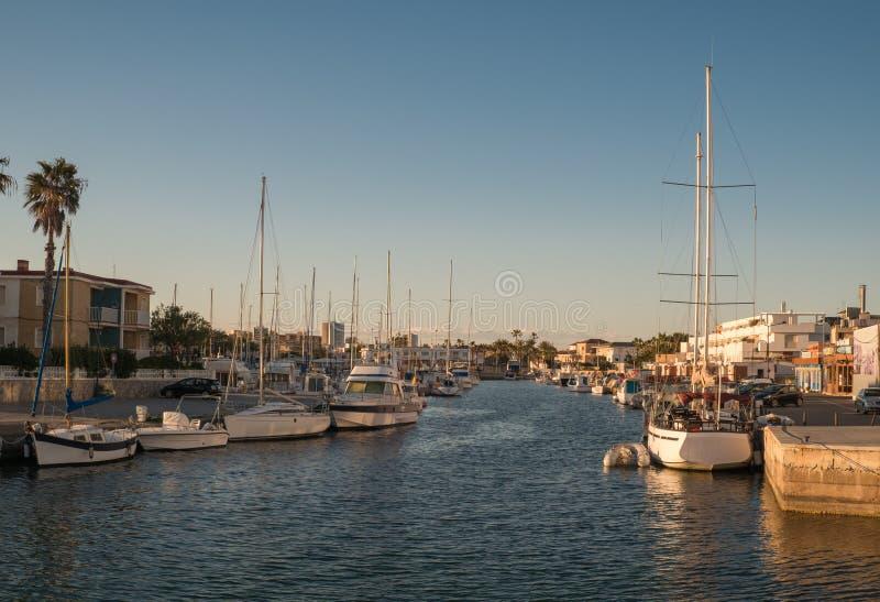 Yachter och fartyg i LaManga port. royaltyfri foto