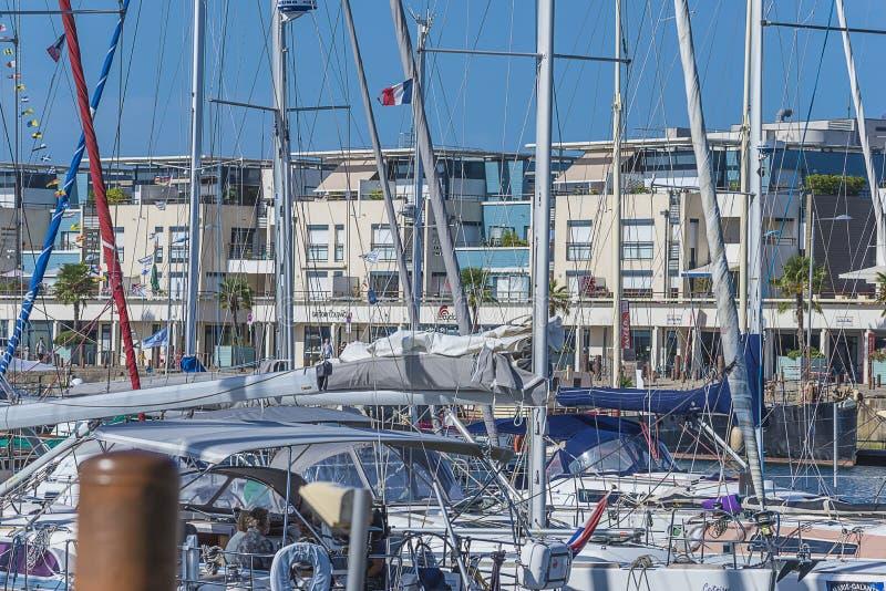 Yachter och fartyg på skeppsdockan royaltyfri bild