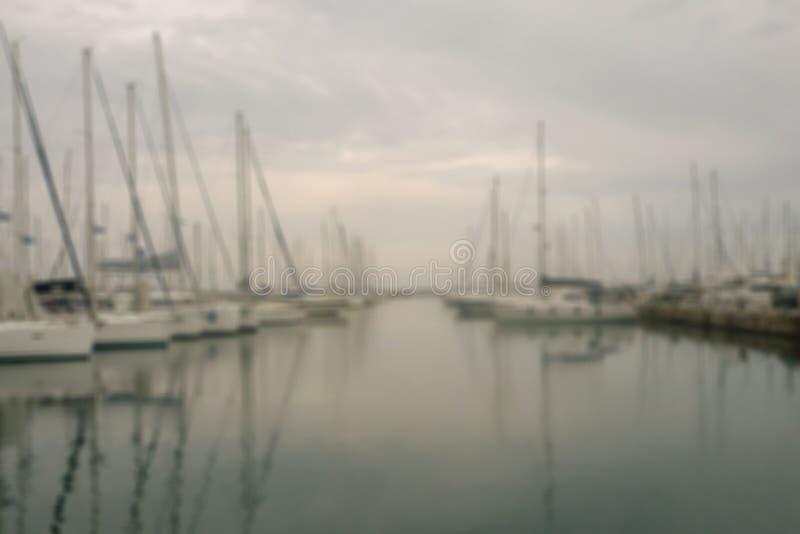 Yachter och fartyg ?r p? pir i morgonen i dimman slapp fokus royaltyfria foton
