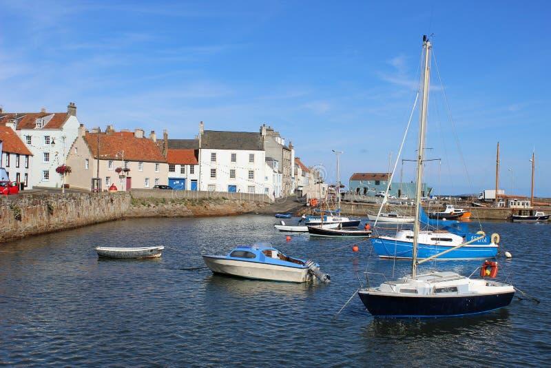 Yachter och små fartyg, St Monans, pickolaflöjt, Skottland royaltyfria bilder