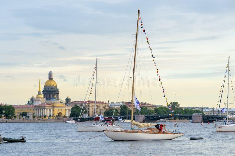 Yachter på den Neva floden royaltyfria bilder