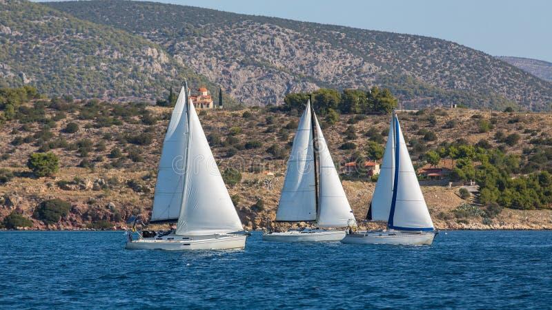 Yachter på seglingregatta i vinden till och med vågorna på havet sport arkivbild