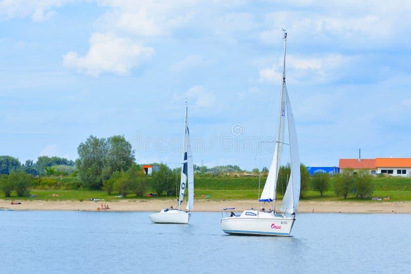 Yachter som seglar på det pensinsual havet för lokal rekreationsområde, kallade Kollersee arkivbilder