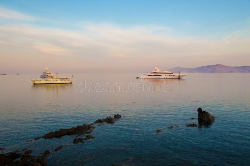 Yachter står nära den berömda ön av Mykonos royaltyfria foton