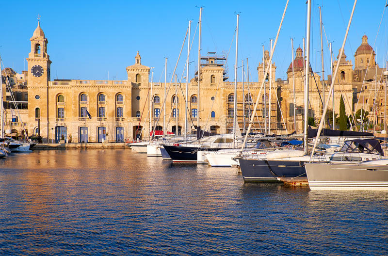 Yachterna förtöjde i hamnen framme av Malta maritima Museu arkivbilder