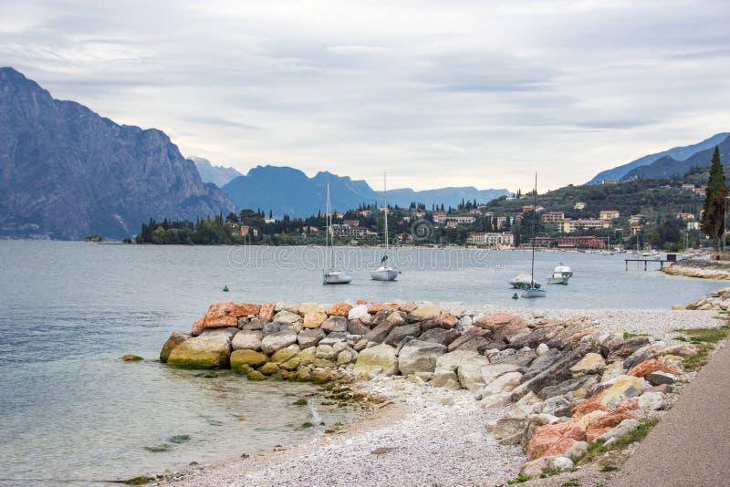 Yachtes in der Bucht nahe Stadt Castelletto auf See Garda stockbilder