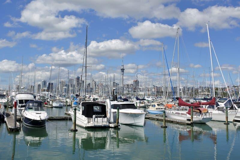 Yachtes-Liegeplatz in Westhaven-Jachthafen gegen Auckland-Skyline lizenzfreies stockbild