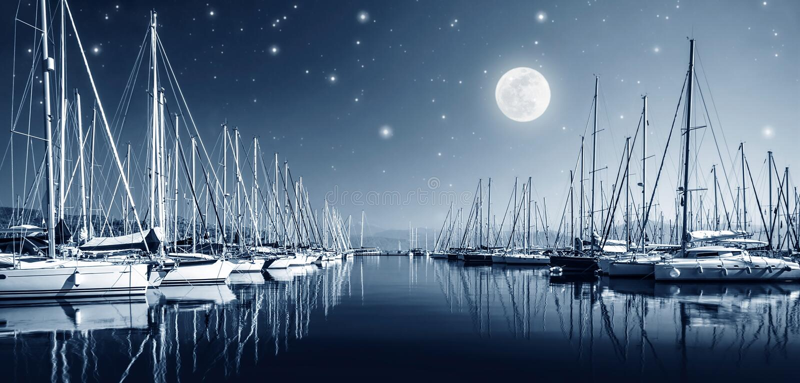 Yachthamn på natten arkivbilder