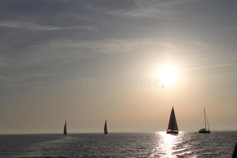 Yachting ao sol fotografia de stock royalty free