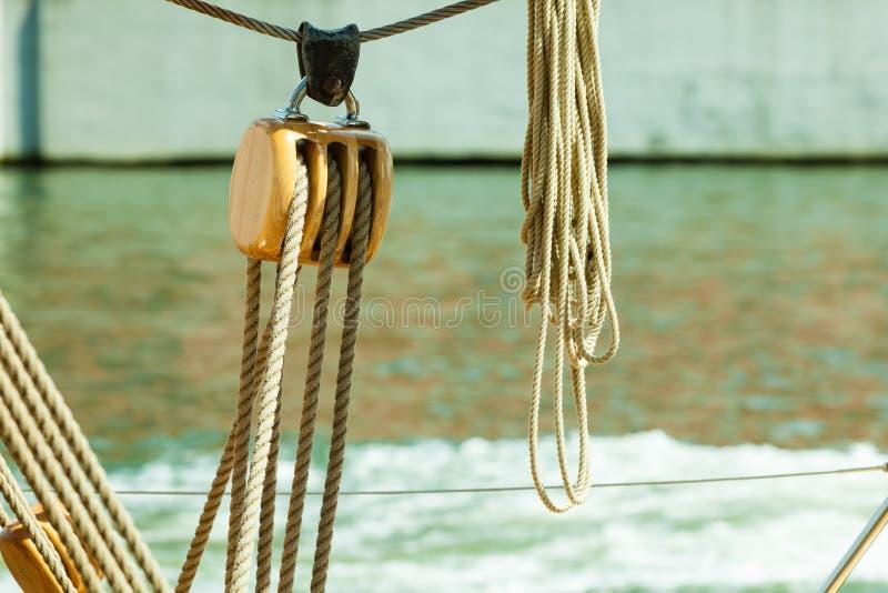 yachting Blok met kabel Detail van een varende boot royalty-vrije stock afbeeldingen
