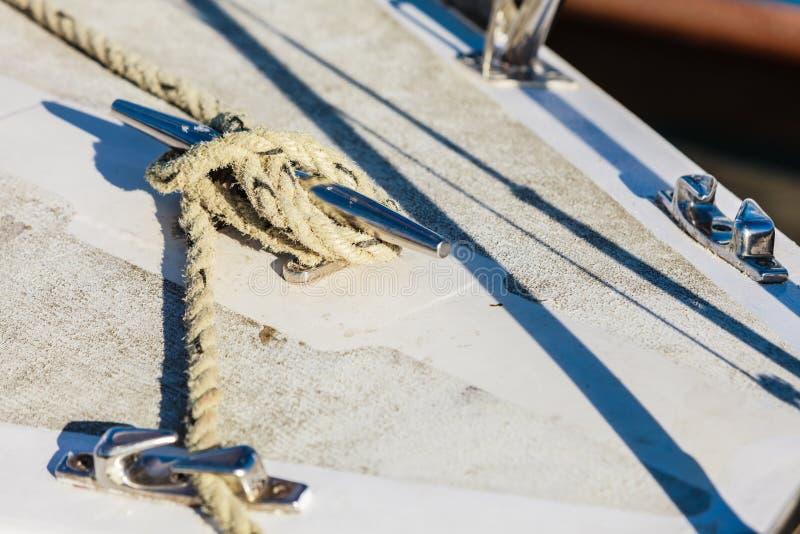yachting Bloque con la cuerda Detalle del barco de navegación imagenes de archivo