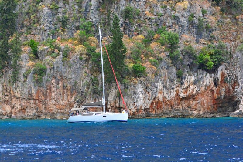 yachting Einsame Yacht steht auf dem Ufer stockfotos