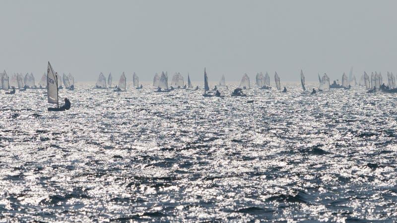 yachting Landschaftspanorama mit Yacht sailer Schiffssegeln durch See oder Meereswellen, wenn Sonnenuntergangsonnensonnenstrahlen stockfotos