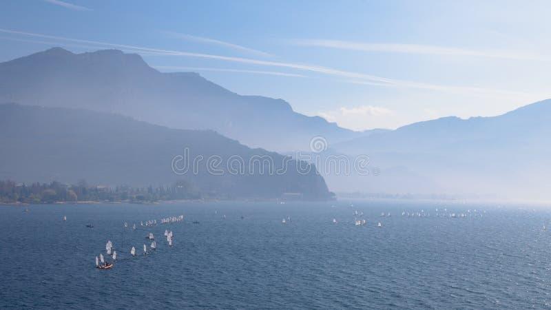yachting Landschaftspanorama mit Yacht sailer Schiffssegeln durch See oder Meereswellen, wenn Sonnenuntergangsonnensonnenstrahlen stockfotografie